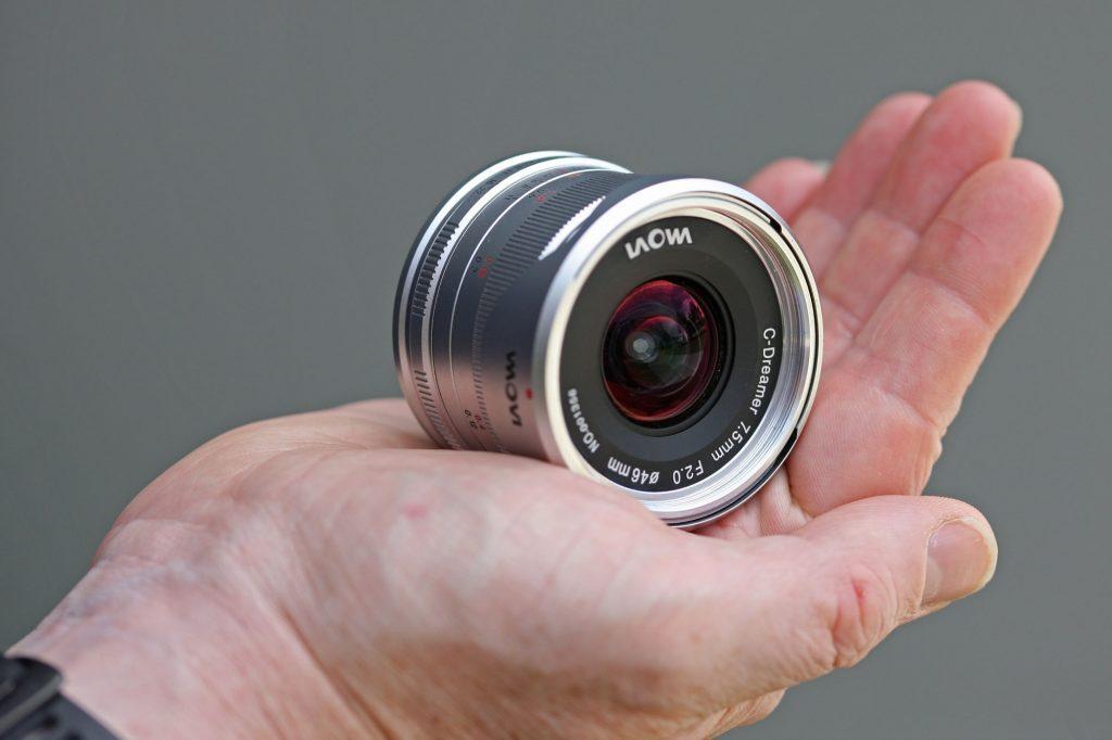Laowa 7.5mm f / 2 MFT en mano
