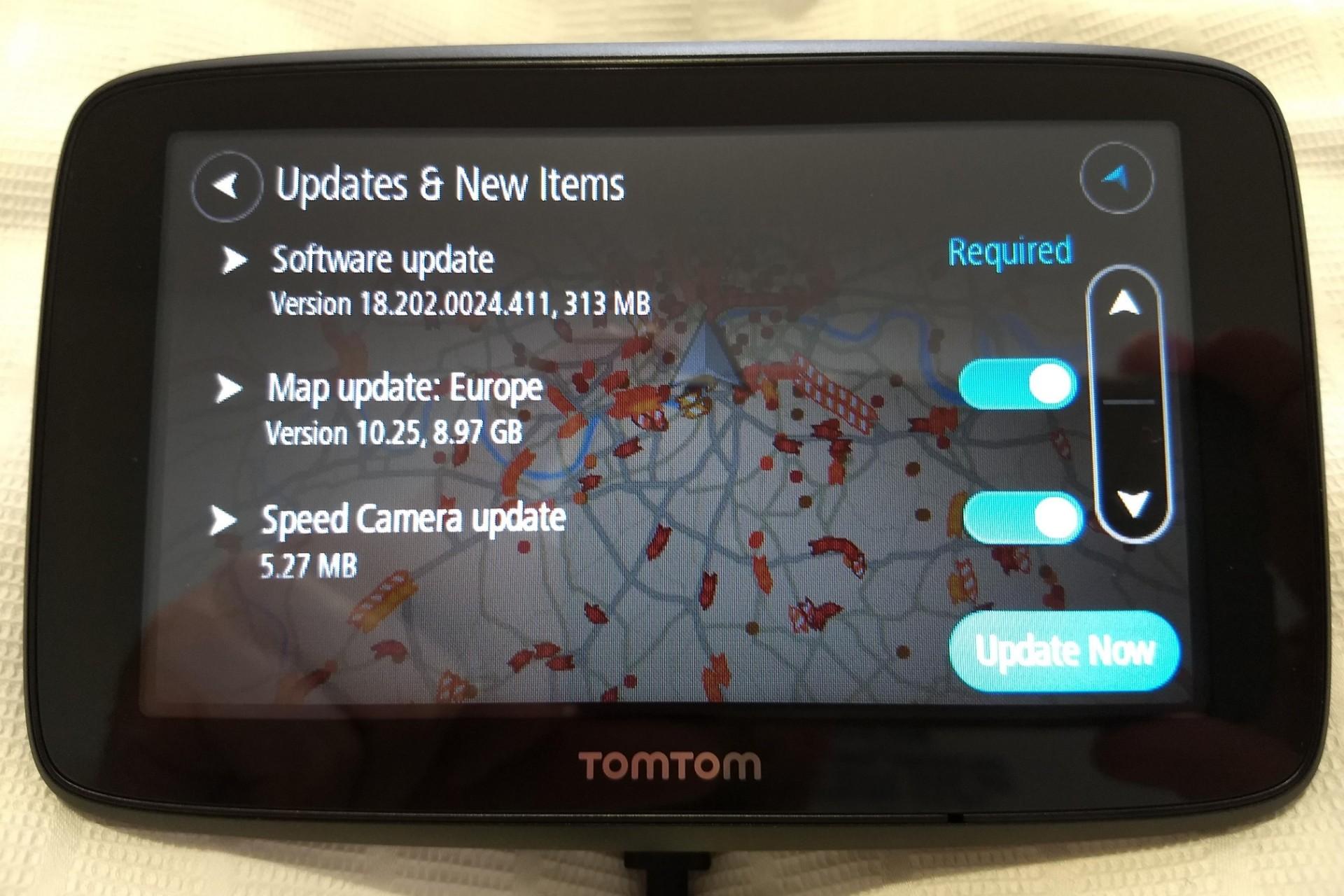 Un TomTom Go Essential recién alimentado, con 9.2 GB de actualizaciones
